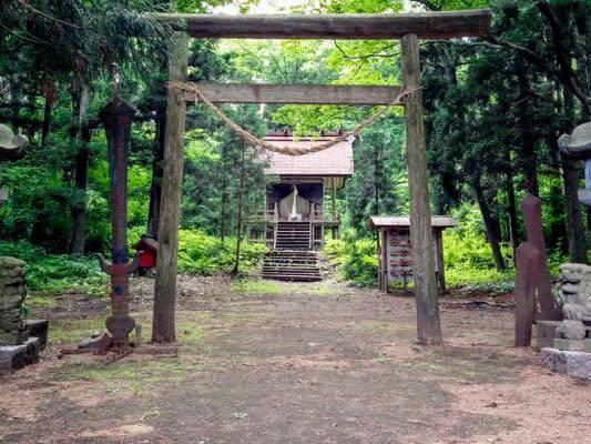 森の奥にある岩手山神社。厳格な雰囲気です。