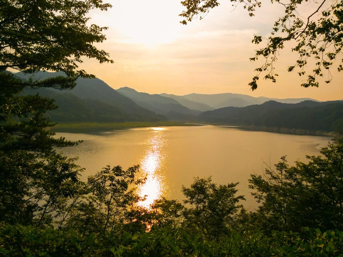 夕暮れの豊沢湖