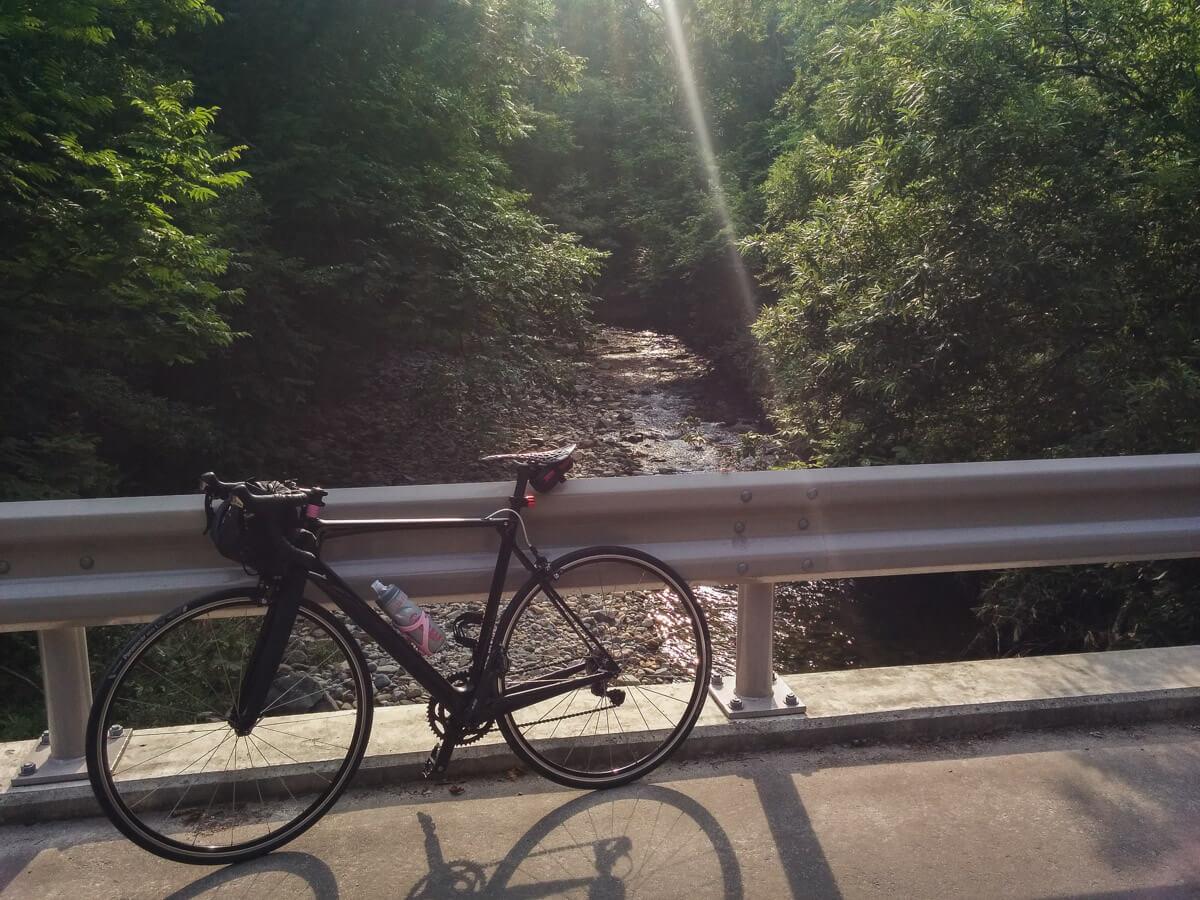 自転車と渓流