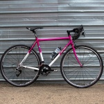 今昔ハイブリッドクロモリロードバイク、Mr.Pink。